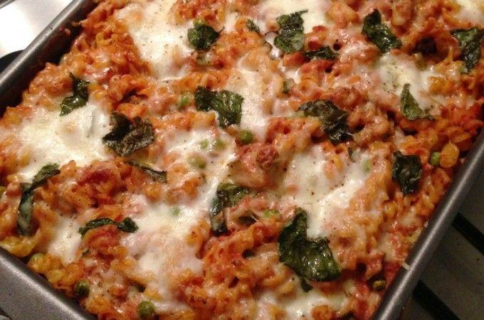 Pasta ovenschotel met tonijn (4 personen): 500gr pasta (bijvoorbeeld fusilli) - 1 u i- 3 teentjes knoflook - 1 courgette - 1tl gerookt paprikapoeder - 200gr doperwten (voorkeur voor vers, maar diepvries mag ook) - 2 blikjes tonijn in olie (circa 300gr) - 250gr ricotta - 500ml (biologische) passata tomatensaus - 150gr geraspte kaas (voor oven gratin) - 1 bol buffelmozzarella - blaadjes van 4 takjes basilicum - olijfolie om in te bakken - zeezout - gemalen zwarte peper