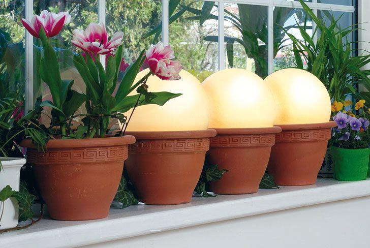Punti luce da giardino: ecco come realizzarne di semplici ma di effetto. Bastano dei comunissimi vasi di terracotta e delle lampade con diffusore a palla.