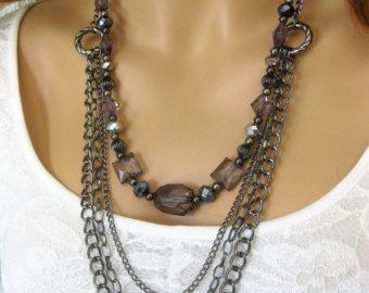 Collier coeur Chunky avec coeur métal argenté estampillé grand charme, perles de verre noires et argent perles acryliques. Ce collier coeur est lun des types. Ce collier coeur est de 20 pouces de long.  Voir tous les colliers dans ma boutique à: https://www.etsy.com/shop/RalstonOriginals?section_id=10816830&ref=shopsection_leftnav_1  Ce collier coeur perlé noir est prêt à envoyer aujourdhui et est livré dans une boîte cadeau.  Voir plus de bijoux sur Etsy à…