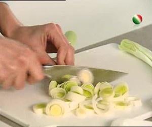 Csaba dalla Zorza ci insegna a cucinare una deliziosa soupe du potager, un piatto sano, dietetico e semplice da preparare. http://www.arturotv.tv/cucina-ricette/primi-piatti/soupe-du-potager-di-csaba-dalla-zorza