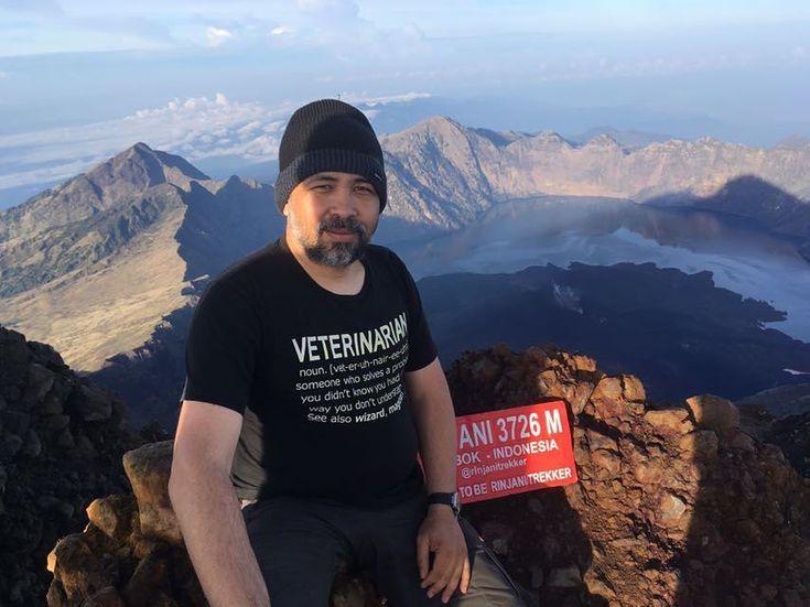 """""""Bukan menaklukkan gunung tetapi menaklukkan ego mengobarkan semangat pantang menyerah!!"""" --Vet. Ivan Satriawan.  __________ Terima kasih untuk fotonya doc ! . Vet Quote # 1  FB: JVNO by People  #VetQuotes #Vet #Veterinarian #Quote #JVNOByPeople #TShirt #Clothing #Kaos #KaosDistro  #vetlife #dokterhewan #rinjanitrekker #rinjanisummit #instapendaki #exploregunung"""