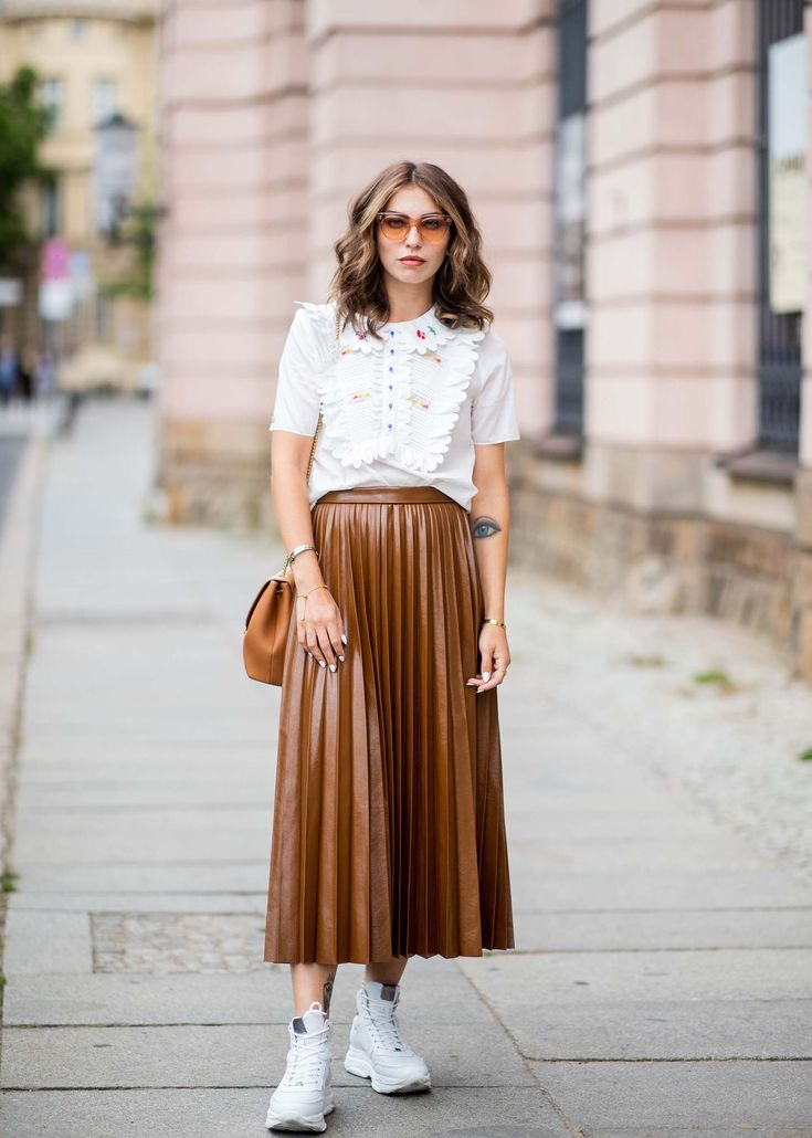 Masha Sedgwick wearing high waist brown midi skirt, white ruffled blouse, brown bag, white sneakers seen outside Der Berliner Salon during the Berlin Fashion Week July 2018 on July 2018 in Berlin, Germany. (Photo by Christian Vierig/Getty Images) Fashion Week Berlin, Masha Sedgwick, Estilo Dark, Estilo Preppy, White Ruffle Blouse, Blouse Outfit, Brown Bags, White Sneakers, Midi Skirt