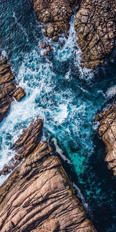 lauschen Sie dem Klang der klatschenden Wellen auf den Felsen …