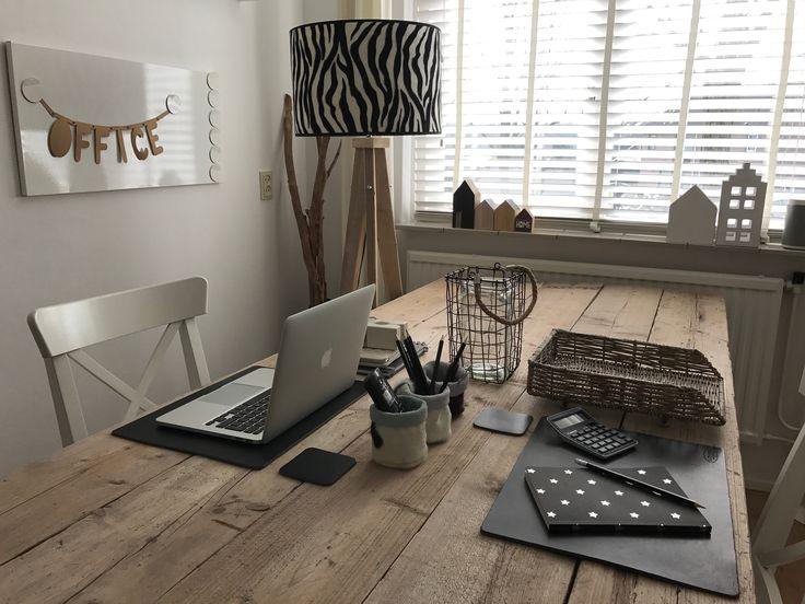 #uniek #lamp #lampenkap #zebraprint #landelijk #steigerhout #lampenvoet #driepoot #sfeer #stoer #bijzonder #doen #lef #vtwonen #echtleder #placemats #www.dutchskins.com #office #inspiratie #nature #vtwonen #rivieramaison #kantoor
