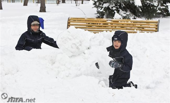 В Украине морозы пойдут на спад, но продолжатся снегопады http://news.liga.net/news/society/14589375-v_ukraine_morozy_poydut_na_spad_no_prodolzhatsya_snegopady.htm  Во вторник в Украине сохранится преимущественно пасмурная и снежная погода