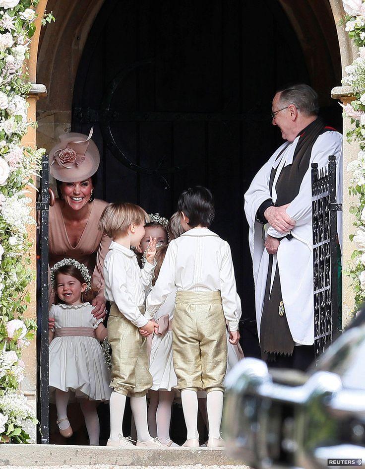 Vojvodkyňa Catherine z Cambridge (vľavo) so svojimi deťmi a ďalšími družičkami na svadbu jej sestry Pippy Middletonovej.