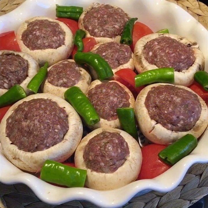 Mantarlı Köfte Tarifi için Malzemeler 2 adet domates 3-4 adet yeşil sivri biber 10-12 adet iri boy kültür mantarı Köfte için; 50 gram kıyma dana ve kuzu karışık 1 di