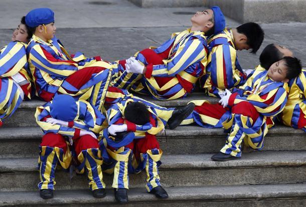 #Manila, #Filippine, bimbi vestiti da guardie svizzere aspettano l'arrivo del #Papa