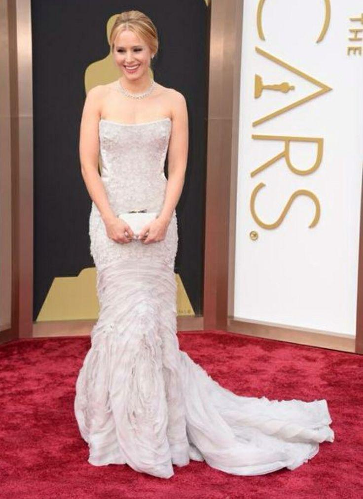 We love the train on Kristen Bell's dress!