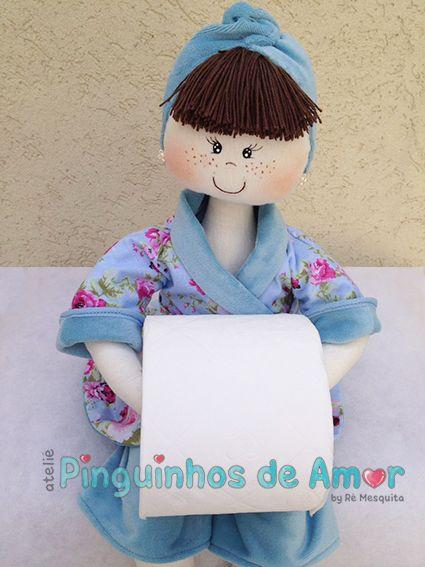 Boneca Porta Papel Higiênico Roupão dupla face em plush azul em composê com tecido floral. Em destaque na foto lado floral do roupão. https://www.facebook.com/ateliepinguinhosdeamor/photos/?tab=album&album_id=935106639929554