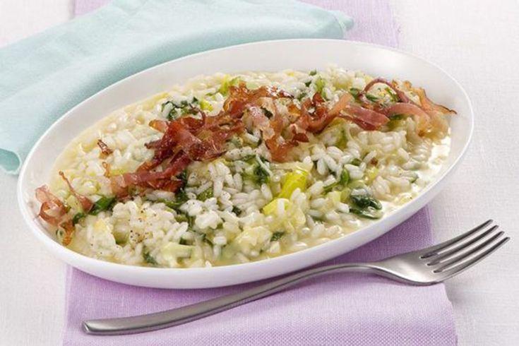 Il risotto porri e speck è saporito e cremoso, e nei piatti è una morbida onda di colori e di profumi piacevoli e rilassanti.