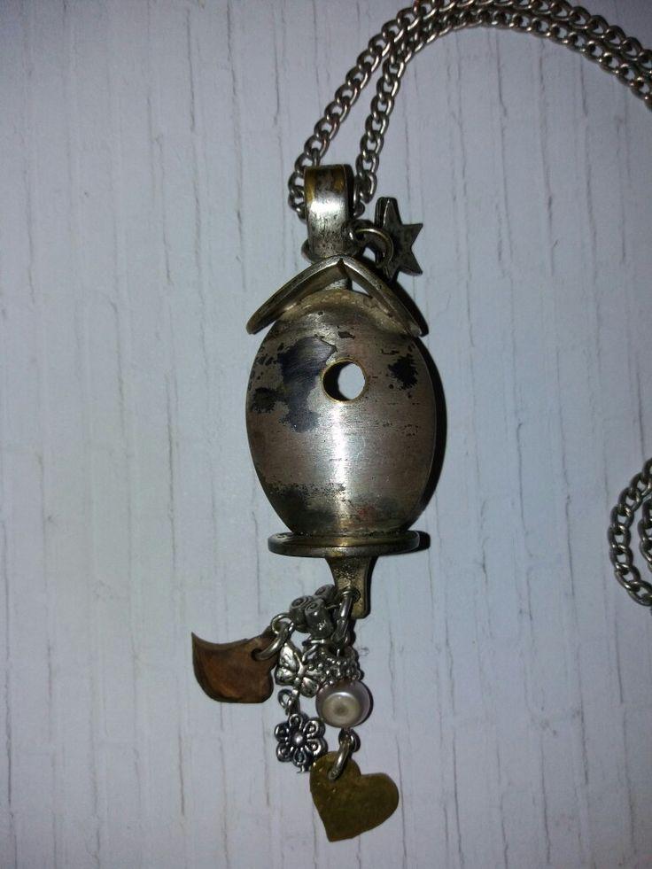 birdcage gemaakt van een verzilverd theelepeltje en een muntje en wat bedels.