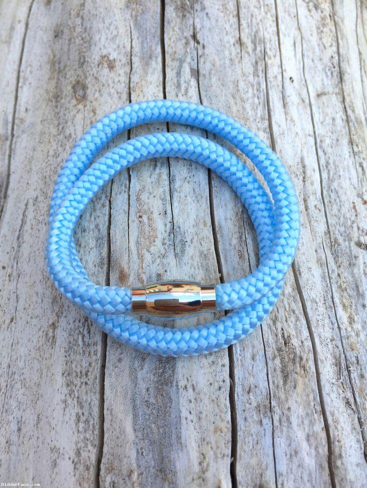 Náramok je zhotovený zo 6mm lana svetlomodrej farby. Zapínanie náramku je na magnet, pričom náramok treba dvakrát omotať okolo ruky a zapnúť. Magnetické zapínanie je z nehrdzavejúcej ocele. Dĺžka rozopnutého náramku je cca 39cm (toleranci ...