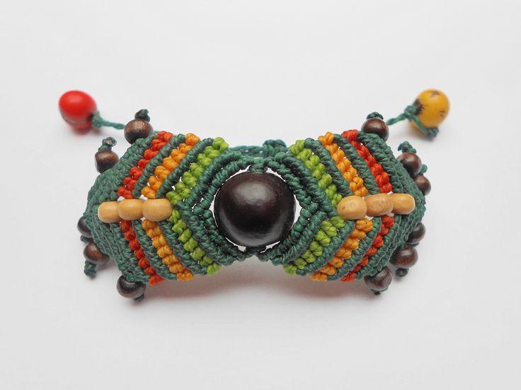 Bracelet en macramé avec une graine en son centre : Bracelet par Macramundi. 18 euros, livraison en France offerte !