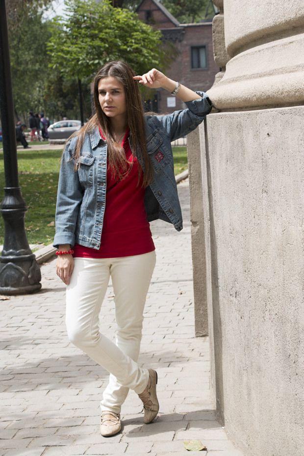 SimplySory fashion blog: Patch look: biege jeans, red shirt + jeans jacket. Look con parches: vaquero beige, camisa rojo y chaqueta vaqueta con parches.