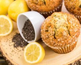 Muffins allégés citron-pavot pour régime citron : http://www.fourchette-et-bikini.fr/recettes/recettes-minceur/muffins-alleges-citron-pavot-pour-regime-citron.html