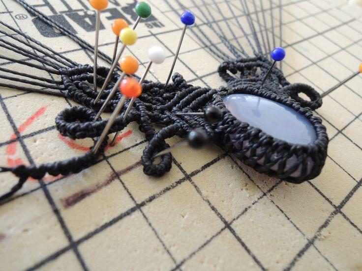 Collier elfique en micro macramé noir et pierre calcédoine en cours de création Cha'perli'popette - créatrice belge de bijoux artisanaux https://www.facebook.com/chaperlipopettebijoux http://www.alittlemarket.com/boutique/cha_perli_popette-951481.html