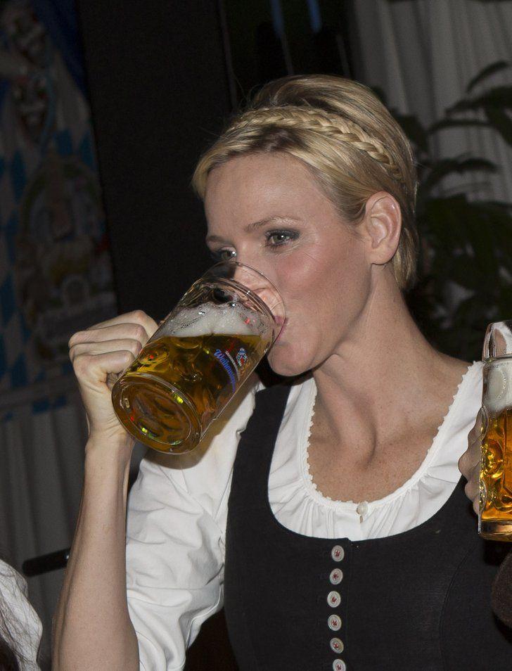 Pin for Later: Prost! Auch die Stars heben gerne mal einen Fürstin Charlene von Monaco