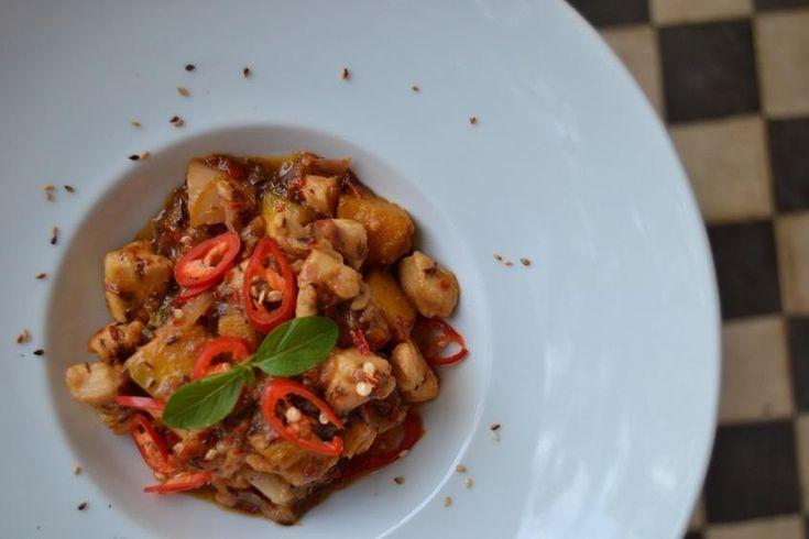 O frango ao curry vermelho é a segunda receita do especial tailandês que preparamos para o site. Quem nos ensina o prato é a Idana Spassini, dona da cozinha da Casa Destemperados.