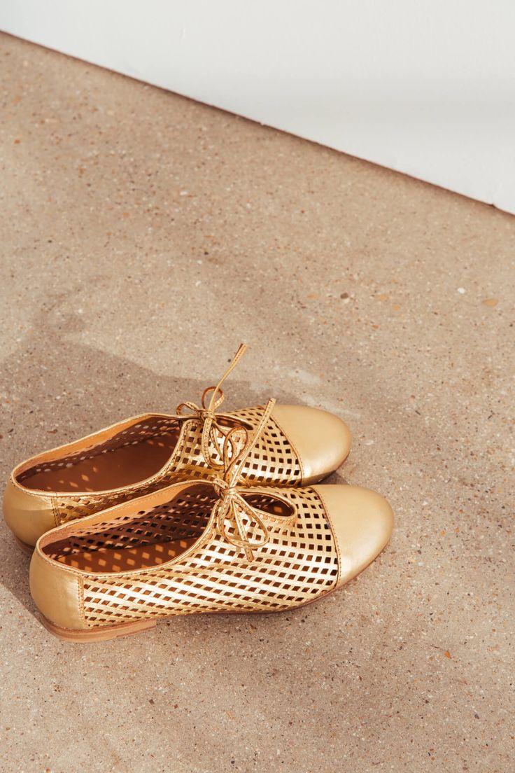 """<p><span style=""""color: #333333;""""><strong><span class=""""s1"""">Ces petites merveilles s'appellent Anet, et sont les derbies idéales à porter tous les jours ou avec des tenues plus habillées grâce à leur coloris doré. Souples et confortables, elles s'adaptent à toutes les morphologies de pieds.</span></strong></span></p><br />  <p><span style=&q"""