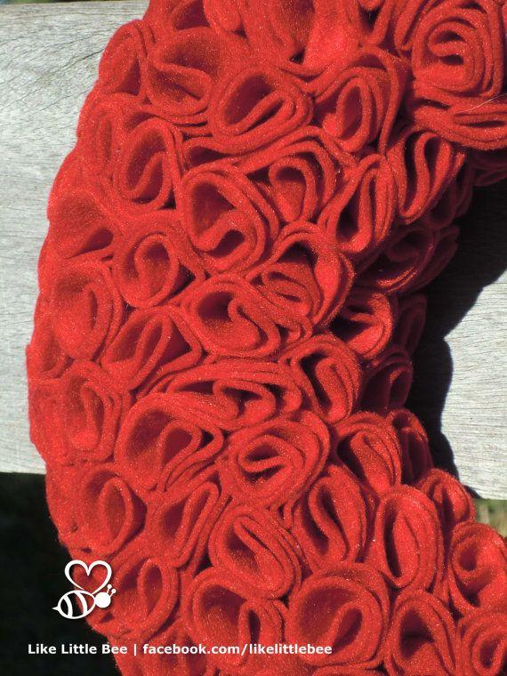 Prachige rode vilten krans met roosjes van LikeLittleBee op Etsy
