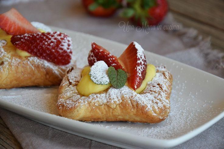 Le sfogliette con fragole e crema pasticcera sono un dolce spuntino da preparare rapidamente e con qualche trucchetto!