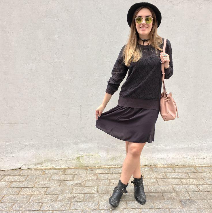 Look all in black: vestido de alça com malha de renda por cima, botas de cano curto com tachas, chapéu redondinho, óculos Topshop UK e chocker @Interiorbijuterias.