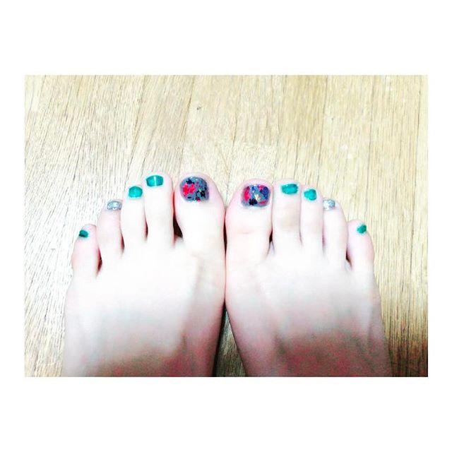 久々にセルフでペディキュアしてみた🐕左の薬指は教科書落としてボロボロになった。 #フットネイル #footnail #セルフネイル #selfnail #ホイルネイル #foilnails #ミラーネイル #millornail