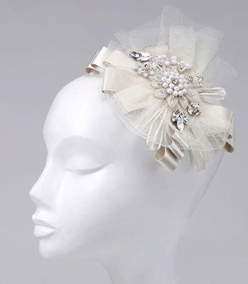 サテンリボンやプリーツリボンで仕立てた立体的な質感が可愛いヘッドドレス。ガーデンパーティーなど自然光の溢れるパーティーに合いそうです。 ブライダルジュエリーのtamaraはwww.monsoon-bazaar.com/cittaでどうぞ #wedding #bridal #headpiece #vintage #swarovski #weddingjewelry #costumejewelry #fascinator #headdress #headband #tiara #headpiece #bridalaccessory #mokuba #motherofpearl #tamara #citta #studiobarrack #花嫁 #結婚式 #ウェディングアクセサリー #ヘッドピース #ウェディング #ブライダル #ブライダルアクセサリー #ヘッドドレス #ヴィンテージ #コスチュームジュエリー #花冠 #白蝶貝 #スワロフスキー #ティアラ