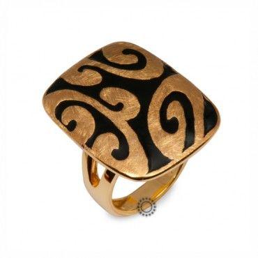 Ένα μοντέρνο δαχτυλίδι σε χρυσό Κ18 με ιδιαίτερο σχέδιο από συνδυασμό σαγρέ χρυσού και μαύρου σμάλτου. Αποστολή εντός 24 ωρών. #σμαλτο #μαυρο #χρυσο #δαχτυλίδι
