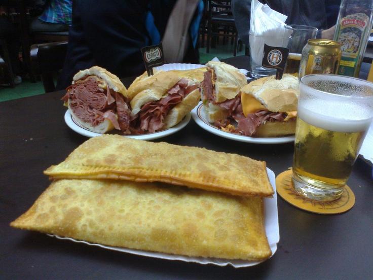 Pastel de camarão maravilhoso e sanduba de mortadela do Hocca Bar - Mercado Municipal de São Paulo - SP- Brasil