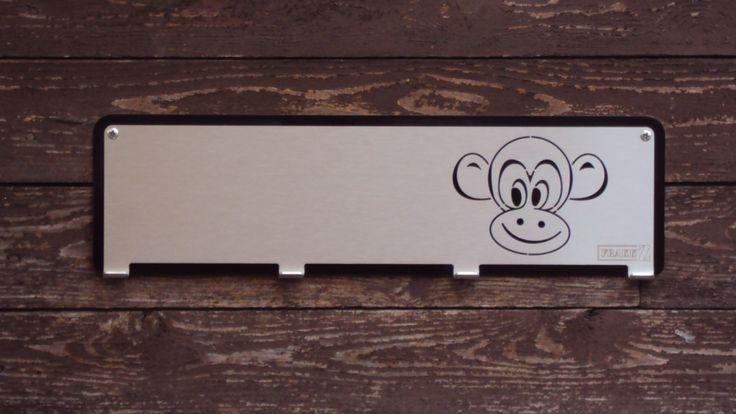 Kinderkapstok met daarop een aap.Voorzien van 4 jashaken. Keuze uit 23 verschillende afbeeldingen en 8 verschillende achtergrondkleuren. www.frakkz.nl