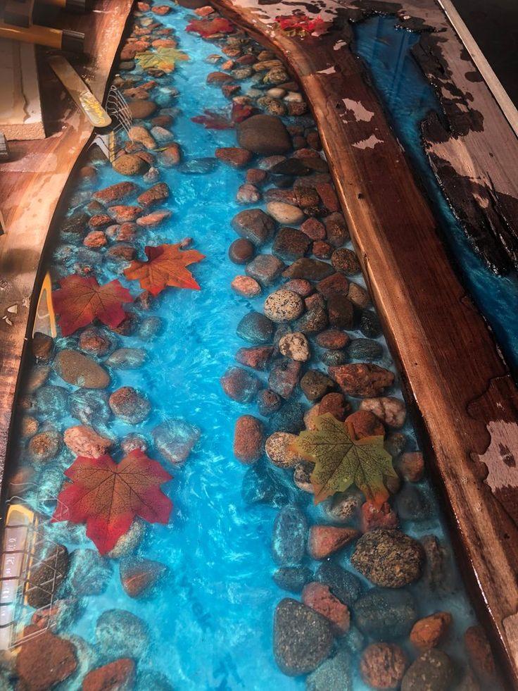 Live Edge River Tisch mit Steinen und Blättern Walnuss