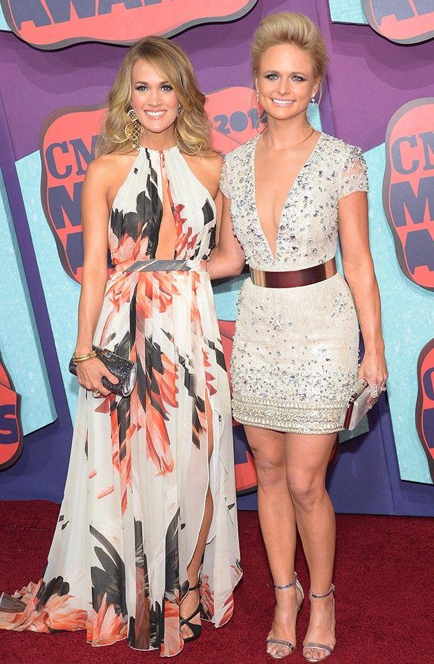 A cantora Miranda Lambert prestigiou o CMT Music Awards, premiação de música country realizado na noite de quarta-feira. A estrela posou ao lado de Carrie Underwood. Ambas escolheram modelos decotados para o evento, embora Miranda tenha preferido um vestido mais curtinho.  (Foto: Getty Images)
