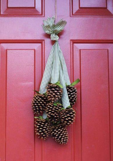 PINHAS Pinhas fixadas em fitas coloridas funcionam como um adorno charmoso para usar na porta durante as estações mais frias. | MdeMulher