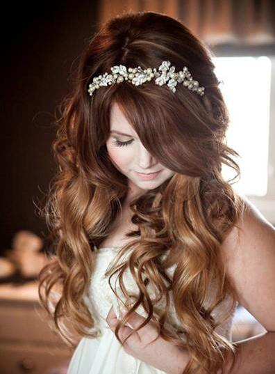 un detalle maravilloso: diadema joya para dar protagonismo en un peinado más informal