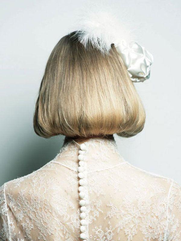 Aラインに広がるバックスタイルは、キュートな印象。きっちりとさせすぎないよう、全体にゆるやかなウェーブを仕込んでおくことがモダンなスタイルに昇華させるポイント。【HAIR STYLE POINT】 ●髪全体にゆる...