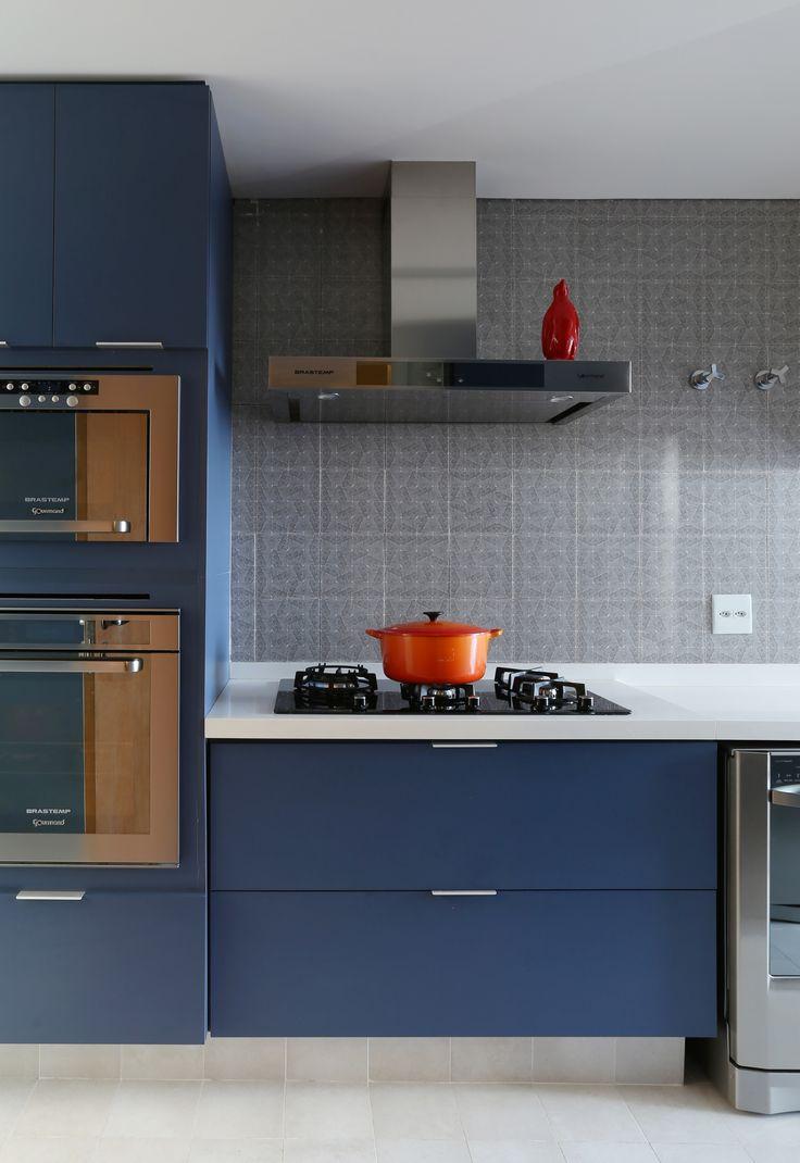 Cozinha com planejados em tom de azul escuro