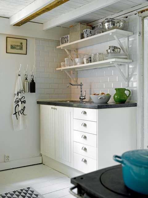 ÅPENT: Åpne hyller er dekorativt og gir et luftig uttrykk på kjøkkenet. Her kan du stille ut fine skåler og kopper, og kjøkkenutstyret blir en del av interiøret. Ulempen er at det kan støve mer enn i et lukket skap. (Foto: Per Erik Jæger)