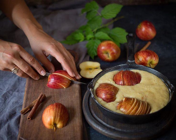 #apple #pie for sweet dreams  ...пятница...вечер... ...мы после прогулки  вернулись домой и нарушая все каноны  правильного питания трескаем нежнейший яблочный пирога корицей кардамоном ванилью и гвоздикой...аромат сбивает с ног  ...самое время - пить чай и делиться моими заметками в рамках #zhabcka_test_drive ...совсем недавно ко мне приехали доски от @foxwoodrus очень приятные на ощупь хорошо отшлифованные при этом с изумительной фактурой интересной формой и отлично способностью выносить…