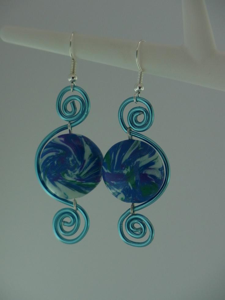 orecchini in polymer clay con filo di alluminio azzurro