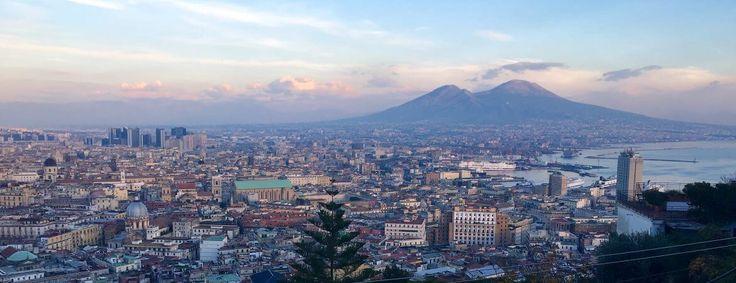 Naples, veillée par le Vésuve, ne cesse d'envoûter ses visiteurs. Voici 10 choses à voir si vous y venez la première fois, loin des préjugés !