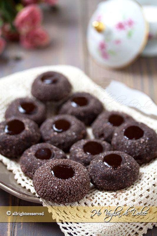 Chocolate thumbprint cookies biscotti al cioccolato fatti con l'impronta del pollice. I biscotti più buoni del mondo ricetta facile di Martha Stewart