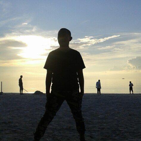 MENITI SENJA DI PULAU ADRANAN - KEI ISLAND #keiislands_indonesia  #keiislands #keiisland #keiislandmolucas #pesonaindonesia #malukutenggara #maluku #moluccas #beaches #beachside #beach #sunset #sunsets #sunset🌅 #wave #waves #ilovekeiisland #like #followtrain #follows