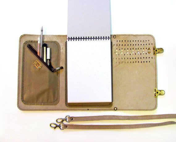 Ce cas de carnet de croquis à la main en cuir 100 % belle fait dun cuir véritable grain doux, souple et complet. Il est pliable en trois parties et