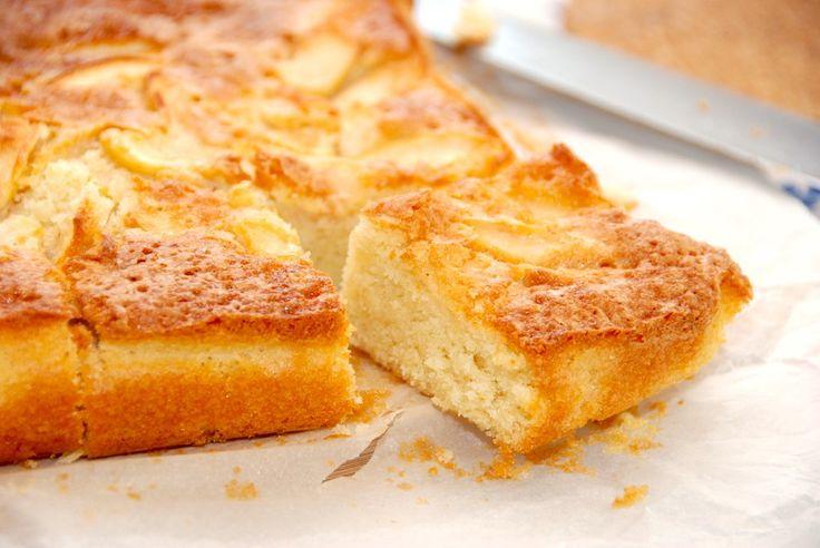 Her er min opskrift på hjemmelavet æblekage. Æblekagen bages med en luftig dej, hvor du tilsætter æbler, der vendes i lidt kanel og sukker. En helt uimodståelig lækker og hjemmelavet æblekage med d…
