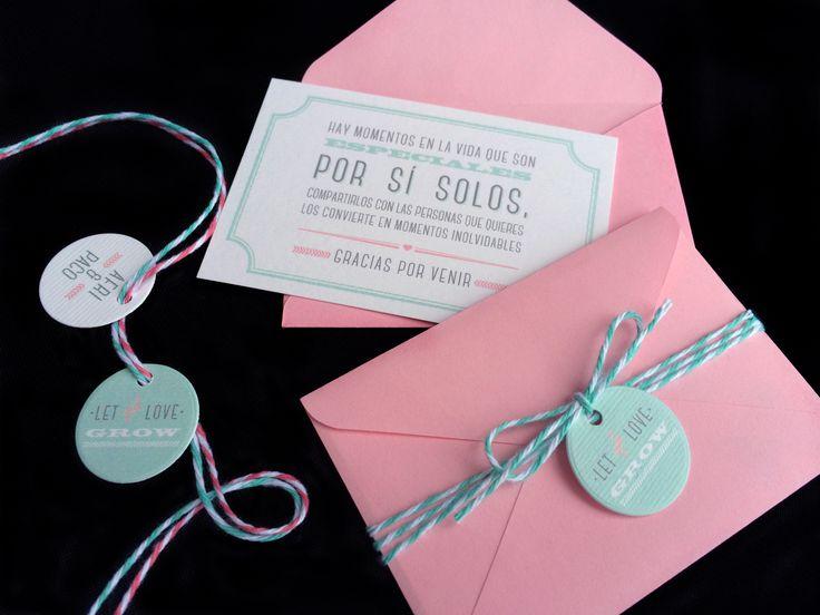 Tarjetas de agradecimiento para invitados. Impresión offset digital en papel blanco de algodón texturizado de 250 g. Sobre de papel. Detalle de cintas de algodón y etiquetas decorativas.