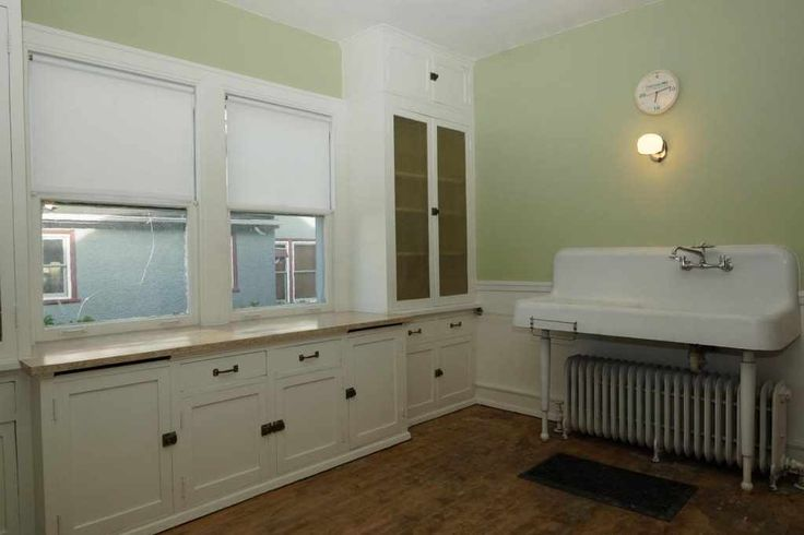 Roll up your sleeves and have fun with this amazing Craftsman Bungalow. Offers 5 bedrooms all with huge walk-in closets, 1.5 baths/upper 1/2 bath possibly expandable! .33 Ac and over 2200 sq ft/per city, charming sunroom entry rich natural woodwork, hardwood floors, enchanting built-ins with art leaded glass, large walk-in closets in each bedroom, original kitchen cabinets and huge apron sink! Looking for a property that allows a quick walk to schools, Balisterei's Pizza, Sim...