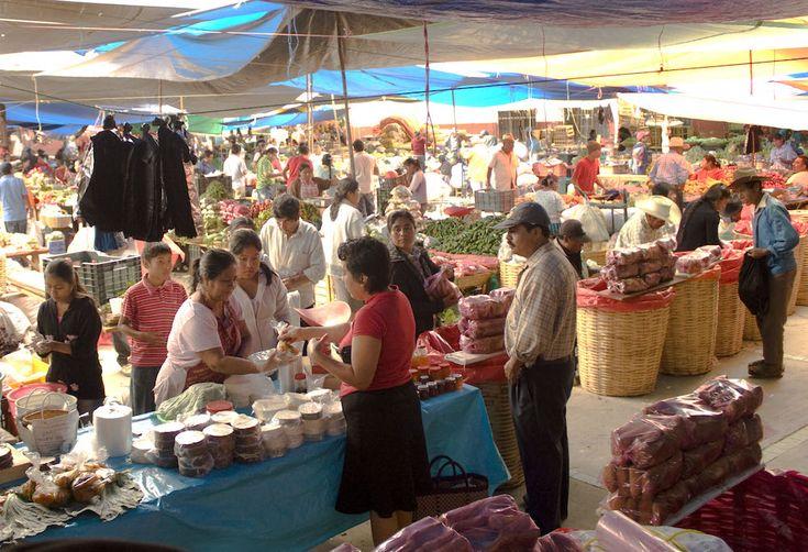 Pasea en los mercados de los valles centrales de Oaxaca - http://revista.pricetravel.com.mx/lugares-turisticos-de-mexico/2015/06/21/los-mercados-los-valles-centrales-de-oaxaca/