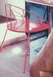 Qualcuno ha mai visto questa sedia? Si trova a Milano al 212 Rotisserie & Delicious vicino a Porta Romana. Se qualcuno ha qualche info mi aiuti!!